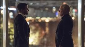 """Veja Oliver Queen e Damien Darhk cara a cara nas imagens do episódio """"Brotherhood"""""""