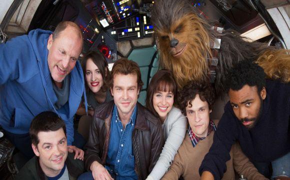 Elenco do filme sobre o jovem Han Solo se reune na Millennium Falcon