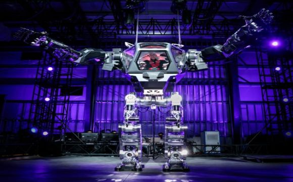 Gundam ou Avatar? Jeff Bezos pilota robô na Mars Conference